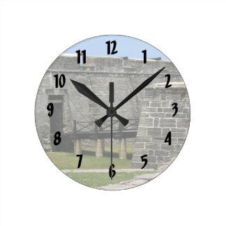 Puente al fuerte de St Augustine a través de la fo Reloj Redondo Mediano