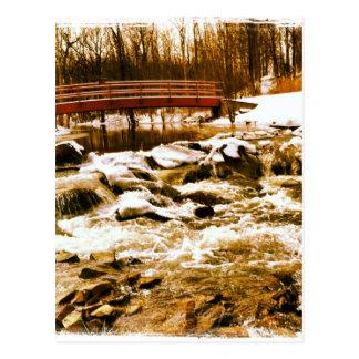 Puente asiático con aguas tranquilas tarjeta postal