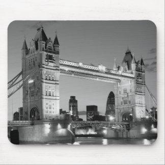 Puente blanco negro de la torre de Londres Alfombrillas De Ratones