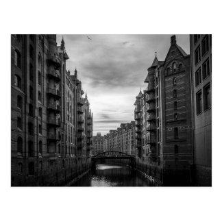 Puente blanco y negro del río de la ciudad del tarjetas postales