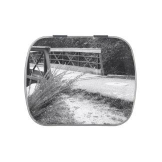 Puente blanco y negro latas de caramelos