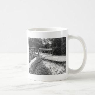 Puente blanco y negro tazas de café