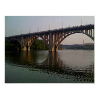 Puente bonito que refleja del agua póster