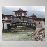 Puente Cantilevered cerca del palacio de Punakha D Poster
