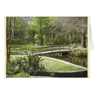 Puente, charca, y sendero del bosque tarjeta de felicitación