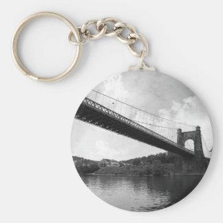 Puente colgante que rueda B&W Llavero Redondo Tipo Pin