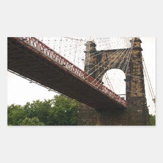 Puente colgante que rueda pegatina rectangular