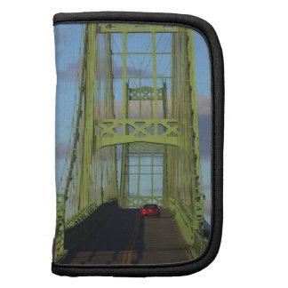 Puente colgante sobre la pequeña isla de los cierv planificadores