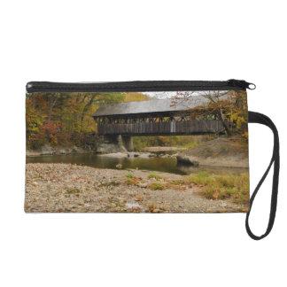 Puente cubierto de Newry sobre el río en otoño