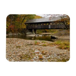 Puente cubierto de Newry sobre el río en otoño Imanes