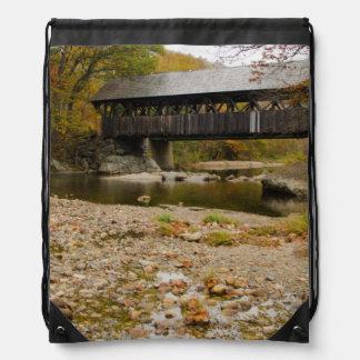 Puente cubierto de Newry sobre el río en otoño Mochila