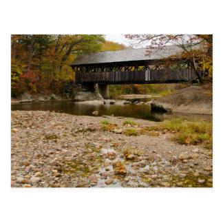 Puente cubierto de Newry sobre el río en otoño Postales