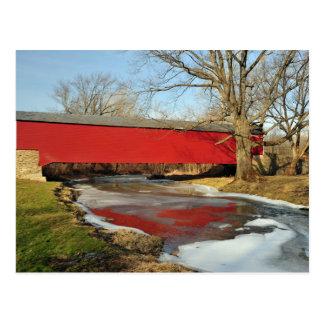 Puente cubierto del deshielo del invierno tarjeta postal