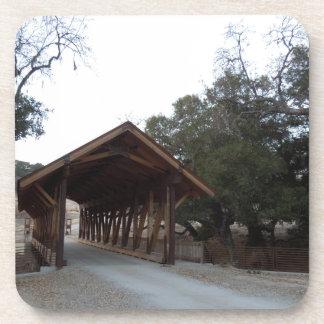 Puente cubierto en el rancho con tirante y espalda posavasos de bebidas