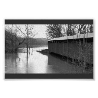 Puente cubierto en la inundación póster