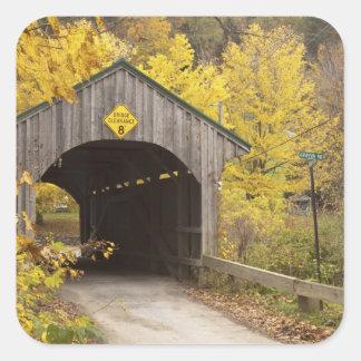 Puente cubierto, Vermont, los E.E.U.U. 2 Pegatina Cuadrada