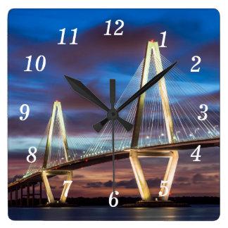 Puente de Arturo Ravenel en la noche Reloj Cuadrado