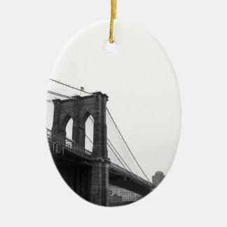 Puente de B&W Brooklyn Adorno Navideño Ovalado De Cerámica