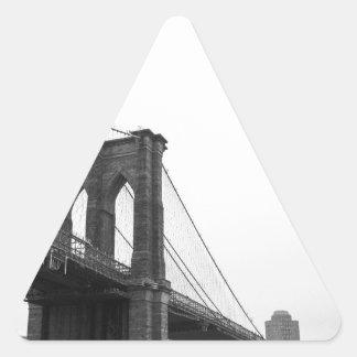 Puente de B&W Brooklyn Pegatina Triangular