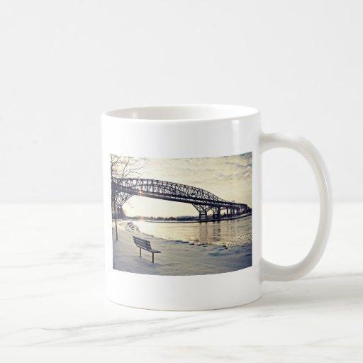 Puente de Bluewater en Sarnia, Ontario Tazas