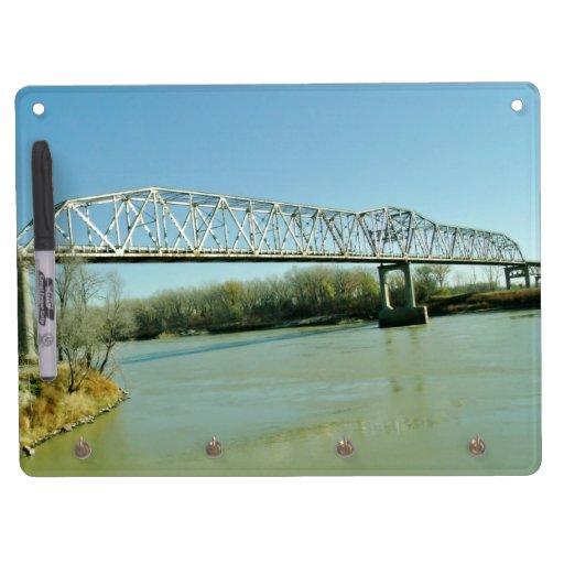 Puente de braguero del hierro pizarras blancas