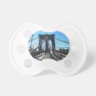 Puente de Brooklyn 2 Chupetes De Bebe