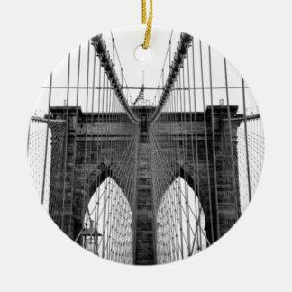 Puente de Brooklyn blanco negro Nueva York Adorno Navideño Redondo De Cerámica