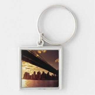 Puente de Brooklyn con los rascacielos de New York Llavero Cuadrado Plateado