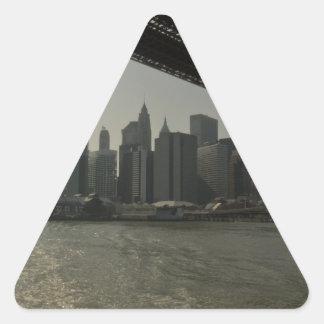 Puente de Brooklyn en barco Pegatina Triangular