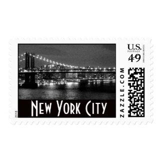 Puente de Brooklyn en blanco y negro en la noche Sello