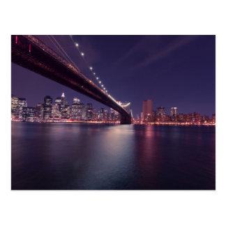 Puente de Brooklyn en la noche - horizonte de NYC Postal