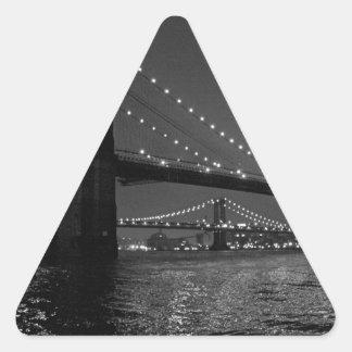 Puente de Brooklyn en la noche Pegatina Triangular