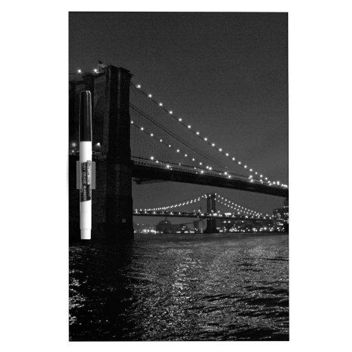 Puente de Brooklyn en la noche Tableros Blancos