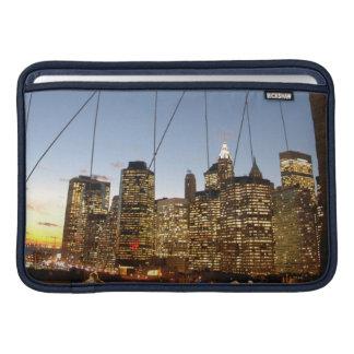 Puente de Brooklyn en la oscuridad con el Funda Para Macbook Air