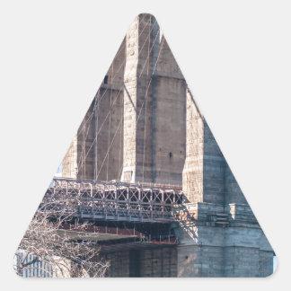 Puente de Brooklyn en New York City Pegatina Triangular