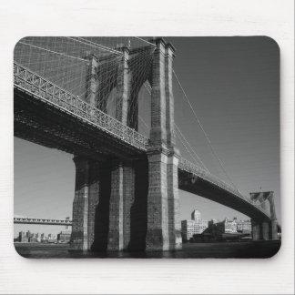 Puente de Brooklyn negro y blanco Alfombrillas De Raton