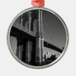 Puente de Brooklyn negro y blanco Ornato