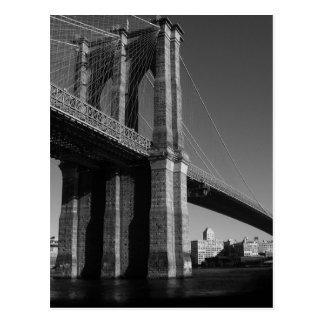 Puente de Brooklyn negro y blanco Postal