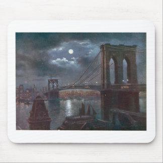 Puente de Brooklyn por claro de luna Tapetes De Ratones