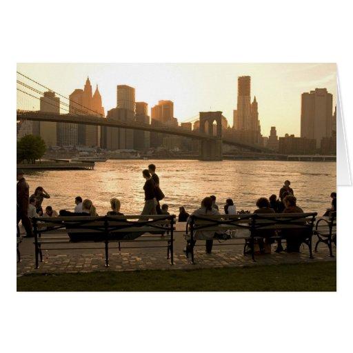 Puente de Brooklyn visto por la muchedumbre Felicitacion