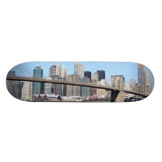 Puente de Brooklyn y horizonte de Manhattan, ci de Monopatin