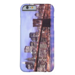 Puente de Brooklyn y horizonte de Manhattan en la Funda De iPhone 6 Barely There
