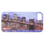 Puente de Brooklyn y horizonte de Manhattan en la  iPhone 5 Case-Mate Coberturas