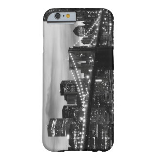 Puente de Brooklyn y horizonte de Manhattan en la Funda Para iPhone 6 Barely There