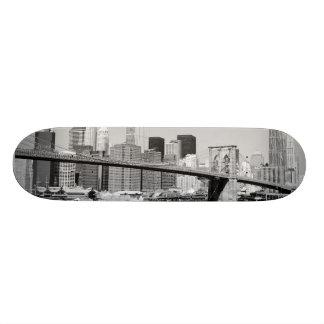 Puente de Brooklyn y horizonte de Manhattan Monopatín