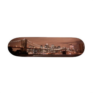 Puente de Brooklyn y horizonte de Manhattan Monopatines
