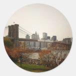 Puente de Brooklyn y los árboles del otoño, NYC Etiqueta Redonda