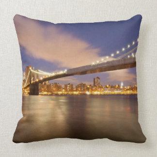 Puente de Brooklyn y Manhattan en la noche Cojín