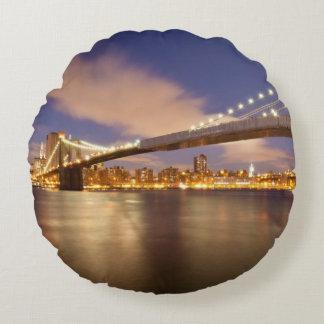 Puente de Brooklyn y Manhattan en la noche Cojín Redondo