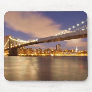 Puente de Brooklyn y Manhattan en la noche Tapetes De Raton